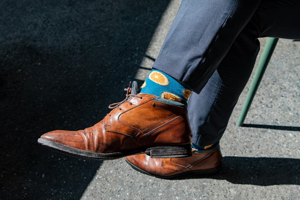 mand, strømper, sko